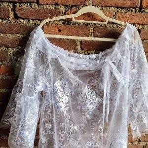 camicia ricamata in pizzo con stampa floreale